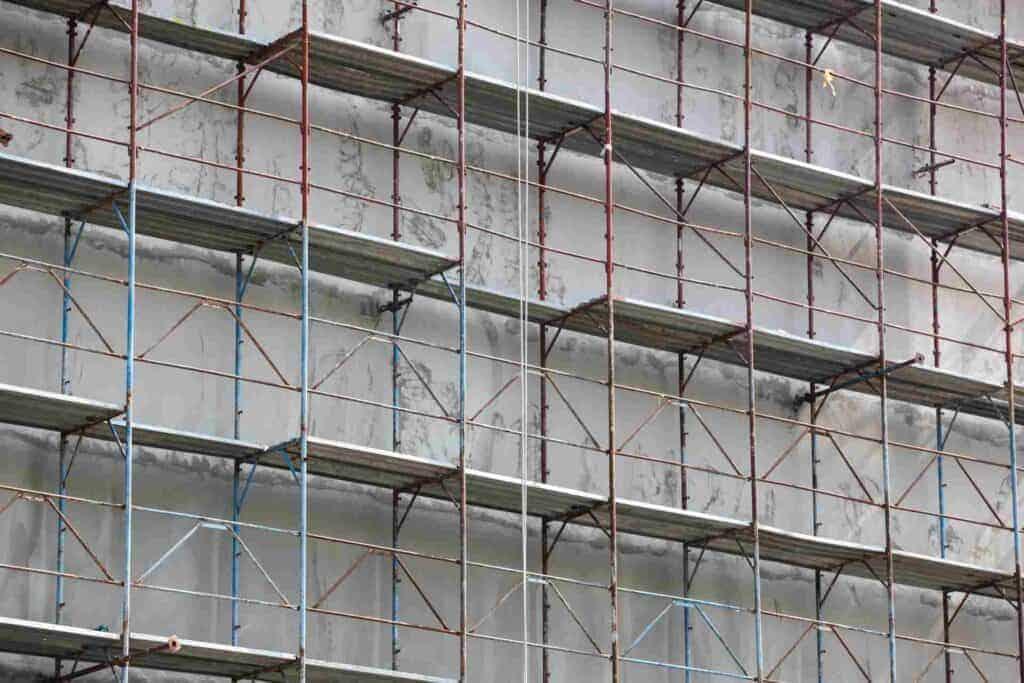 χτίσιμο οικοδομής με σκαλωσιές
